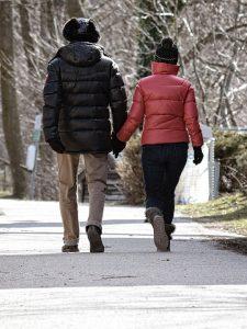 2 mensen die lopen